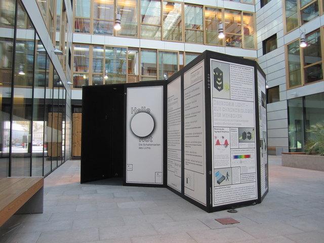 """Die Ausstellung """"Helle Not"""" ist aktuell in Kufstein zu sehen."""