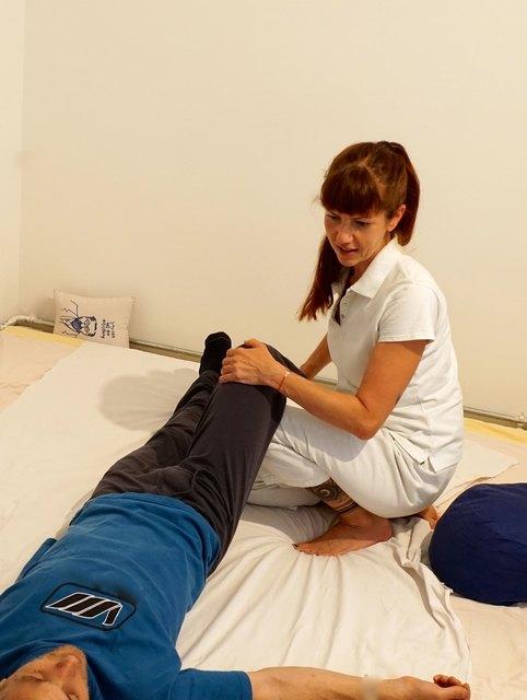 Shiatsu Mobilisationen an der LWS sind wohltuend bei Rückenbeschwerden und Schmerzen bedingt durch Überlastung, schlechte Haltung oder Schwangerschaft.
