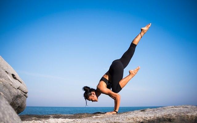 Foto: https://pixabay.com/de/yoga-st%C3%A4rke-menschen-frau-2587066/