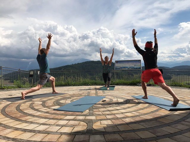 Heike Ziegler leitet die Yogastunde