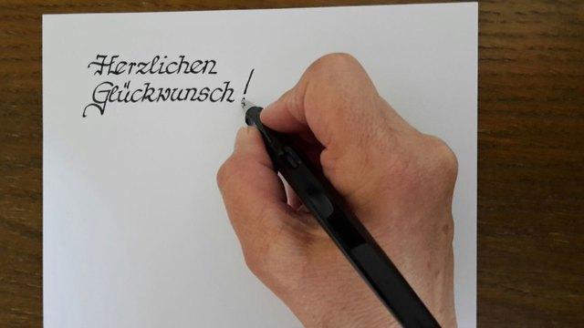 Bringen Sie Worte in Schönschrift zu Papier.
