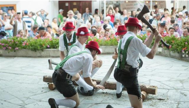"""Auch in diesem Sommer findet in Fiss unter dem Motto """"Tirolerisch"""" und """"Kulinarisch"""", 14-tägig jeweils am Dienstag """"s'Fest am Brunnen"""" statt."""