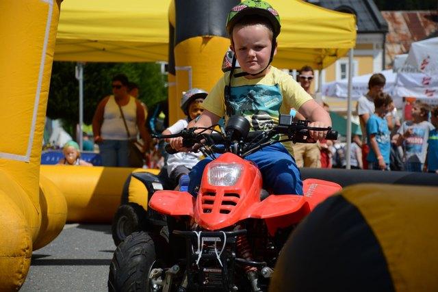 Vollste Konzentration zeigt der kleine Quadfahrer beim Radstädter MEGA Kindertag.