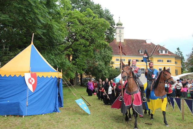 Ritterspiele führen ebenso in vergangene Zeiten wie Führungen, die die Geschichte der Gemäuer näherbringen sollen.