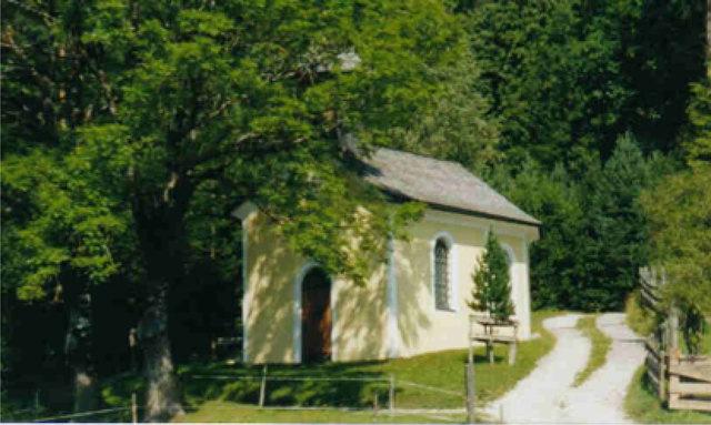 Der Gottesdienst wird bei der Roanerkapelle auf dem Umlberg zelebriert