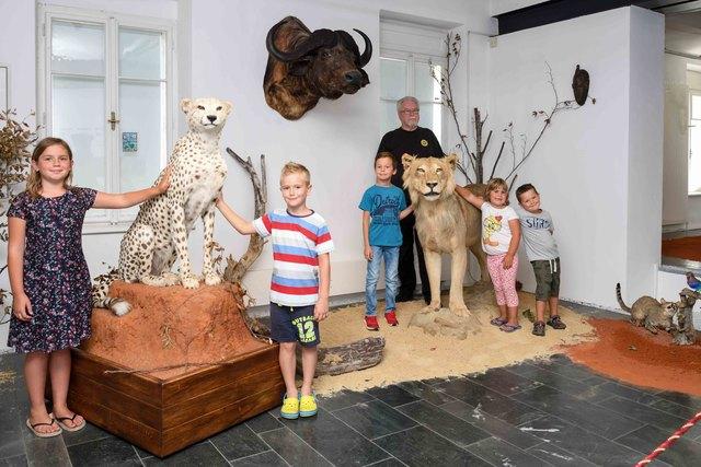 "Ausstellung ""Jambo Africa"" in Ferlach: Magdalena Suklitsch, Maxi Peterlin, Maxi Kogler, Herbert Urbas, Johanna Suklitsch und Christoph Kumer"
