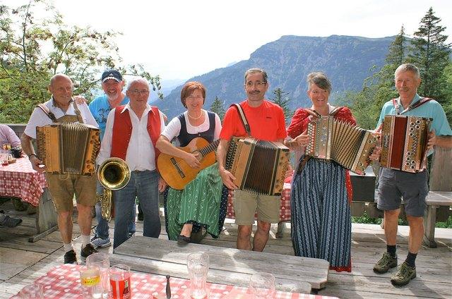 """Innviertler Musikanten geben am Samstag, 25. August 2018, auf der Waidringer Steinplatte bei der """"Brennhütte"""" den Ton an."""