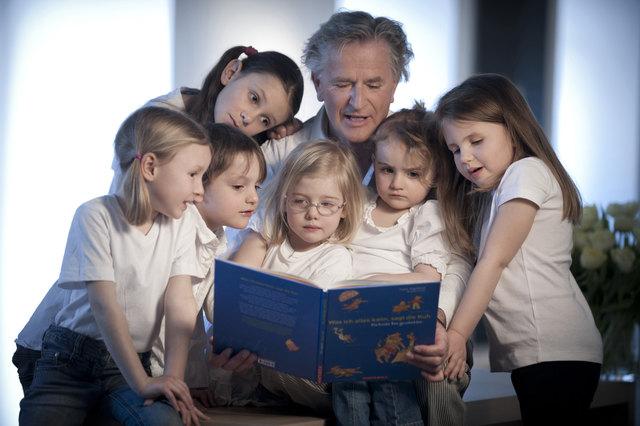 Folke Tegetthoff erzählt seine Geschichten für Kinder und Erwachsene.
