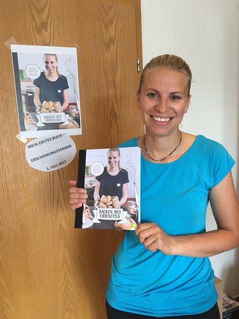 Im Bild: Christina Bauer mit ihrem ersten Buch, welches 2017 erschienen ist. Mittlerweile kommt bereits ein zweites Buch heraus.