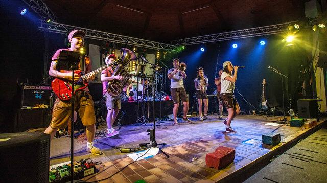 Rondstoa spielen beim Sommerfest in Irlach-St. Georgen.