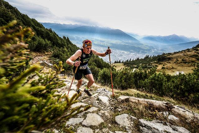 Kletterausrüstung Innsbruck : Sportler vertical run innsbruck