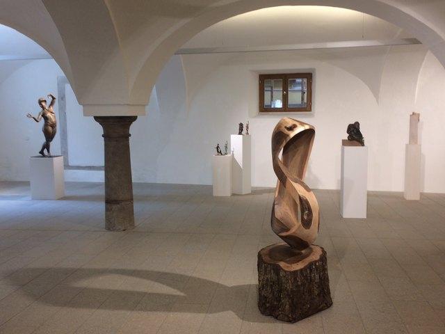 Christine Perseis zeigt Bildhauerei mit barocken Ansätzen.