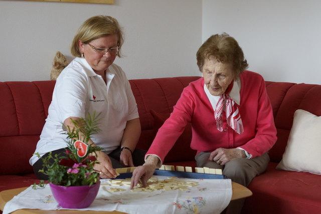Das Ziel des Besuchsdienstes ist es, die Einsamkeit der älteren Menschen zu bekämpfen.