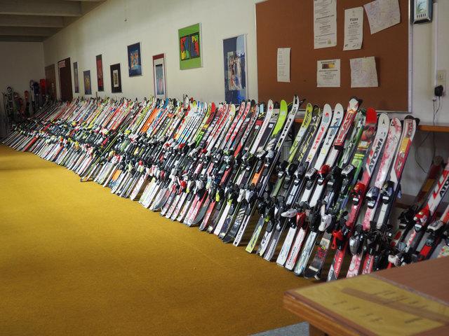 Die Auswahl beim Wintersportbasar in Vils ist riesig.