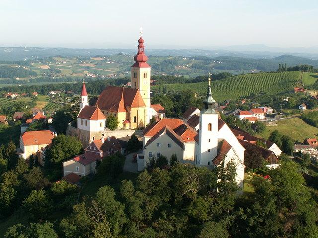 Die Pfarre Straden wird erstmals 1188 erwähnt. Auf dem Himmelberg stand bereits eine Kirche, Teile sind noch vorhanden.