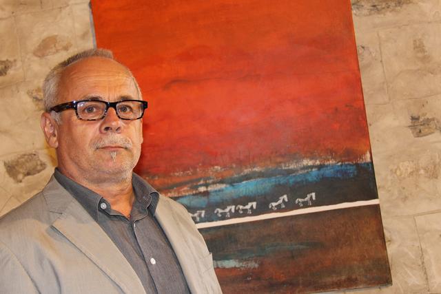 Künstler Helmut Blažej stellt seine Kunstwerke zur Schau