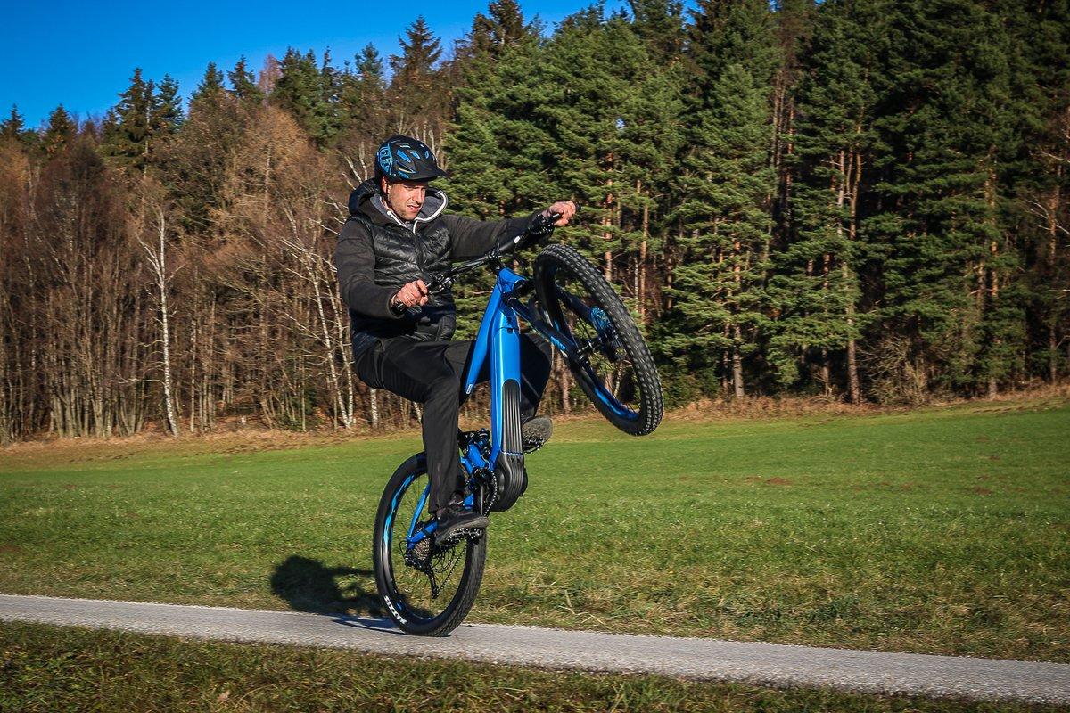 Online-Shop wie man kauft erster Blick E-Mountainbike Fahrtechnik der Radsport-Trainer muss auch üben